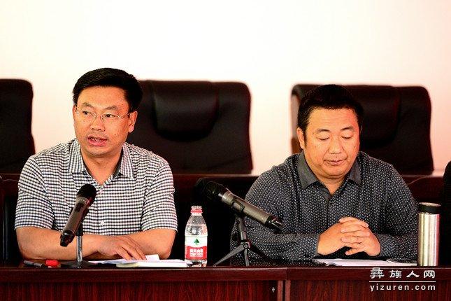 县委宣传部常务副部长张亚杰主持座谈会