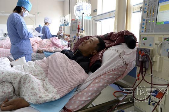 在医院做透析的沙玛尔火  春城晚报记者 翟剑 摄