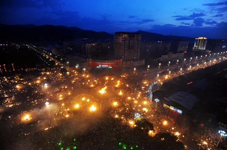 The photo taken on August 15, 2009 shows a general view of the torch festival in Xichang city of Liangshan prefecture, Sichuan province. [Xinhua]