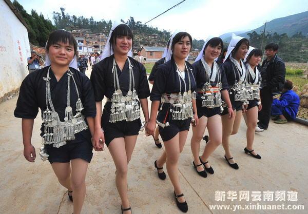 一群哈尼族姑娘走在城子古村街头(10月18日摄)