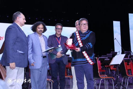 著名彝族诗人吉狄马加获2016欧洲诗歌与艺术荷马奖