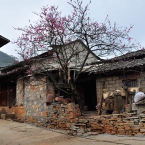"""彝族文化旅游第一村——""""糯黑""""石头寨"""