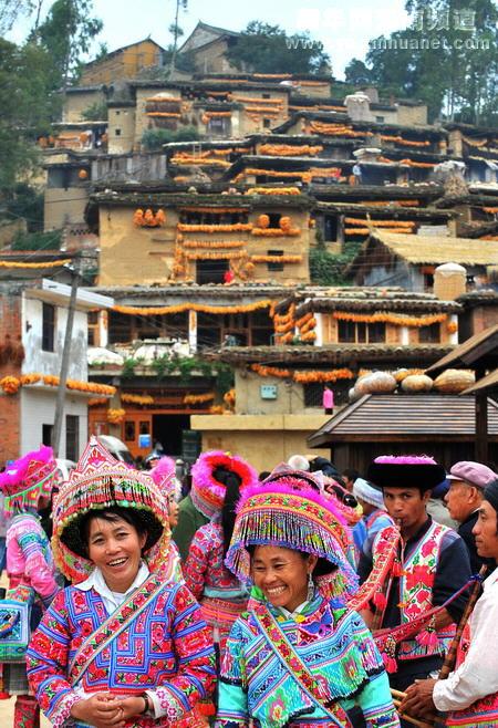 苗族妇女走在热闹的城子古村街头(10月18日摄)