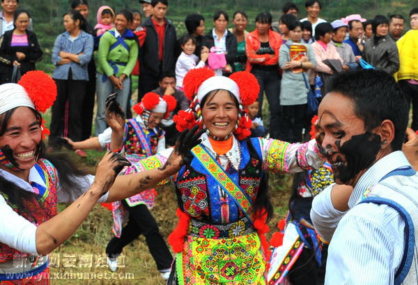 """城子古村的彝族群众在进行""""摸黑脸""""娱乐活动(10月18日摄)"""