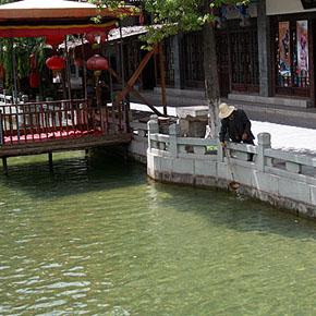 彝人古镇致力维护景区形象