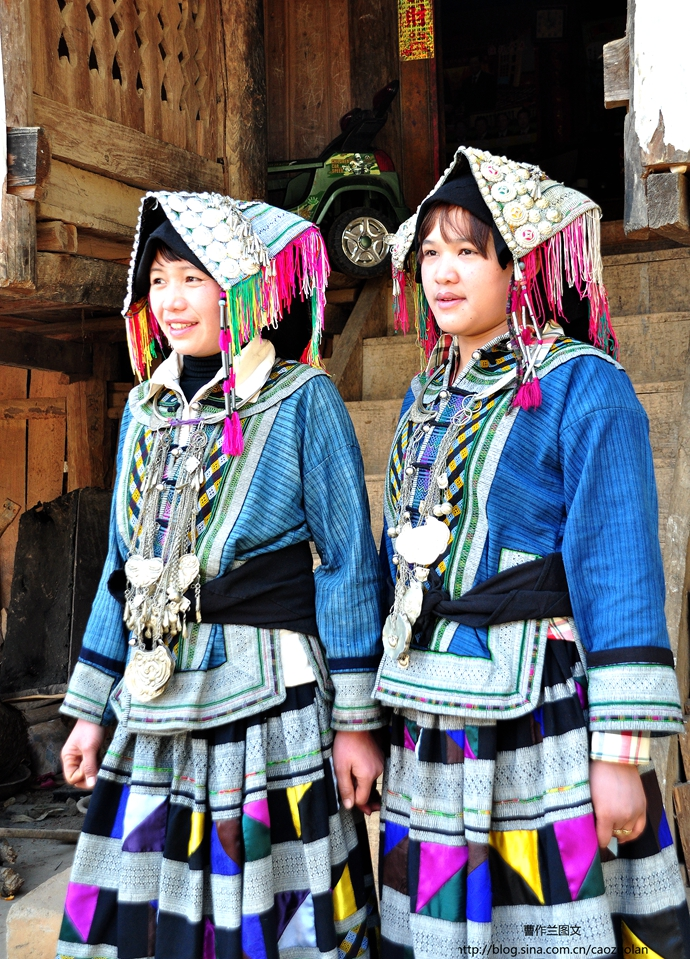 她们的服装完全是手工制作,一身衣服要做一年。
