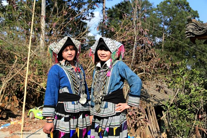 现在,贵州等地的商人向她们订货,一身衣服的收购价就有几千元。