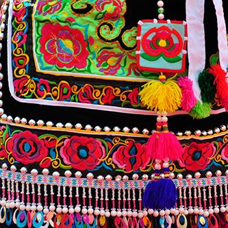 绚丽多彩的彝族服饰