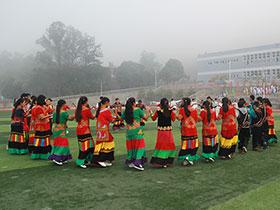 米易民中:音乐响起来,各族儿女跳起彝族达体舞