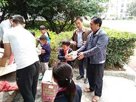 白坡学校彝族学生读上捐赠的好书