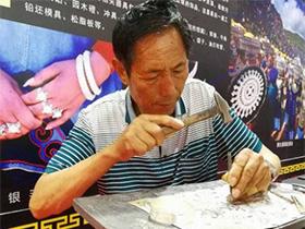 彝族银饰技艺传承人——50年不变的是心