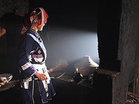 老屋,火塘——彝族撒尼人的家