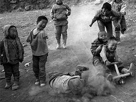 大凉山彝族孩子,一样的天空下 不一样的童年