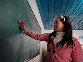 老君山的彝族代课老师,守十三个孩子舍不得离开,每月工资1100元