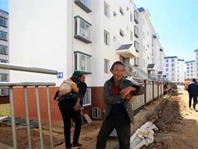 凉山:易地搬迁的彝族村寨恍如城市一角