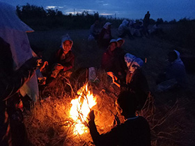 凌晨四点钟的田野 棉花地里的彝族火塘