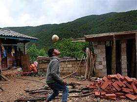 """彝族放牛娃踢纸糊的足球 """"世界杯是我的梦想"""""""