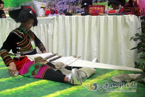 图说:第三届峨眉国际茶博会上体验彝族风情
