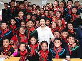 彭丽媛大使在凉山看望的那些妇女和儿童背后的故事