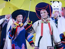 四川凉山彝族传统服饰登上北京国际设计周