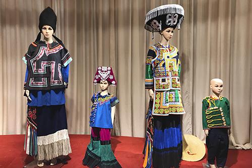 彝族传统服饰。中国网信网 张群 摄