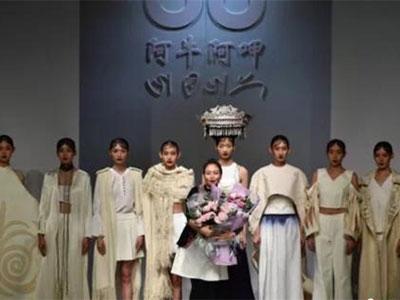 彝绣非遗传承人携作品亮相北京 创新演绎民族时尚