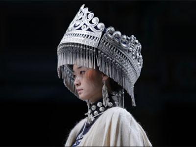 """彝绣彝族非遗传承人阿牛阿呷中国国际时装周深情演绎""""白云间"""""""