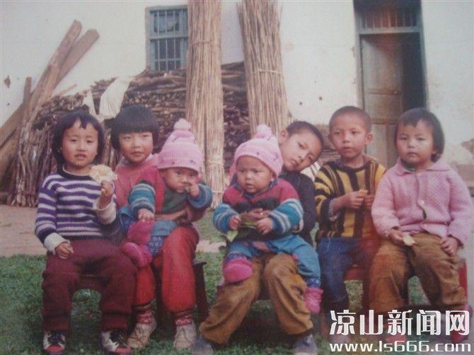 小时候,与两个表姐和四个表哥的合影。