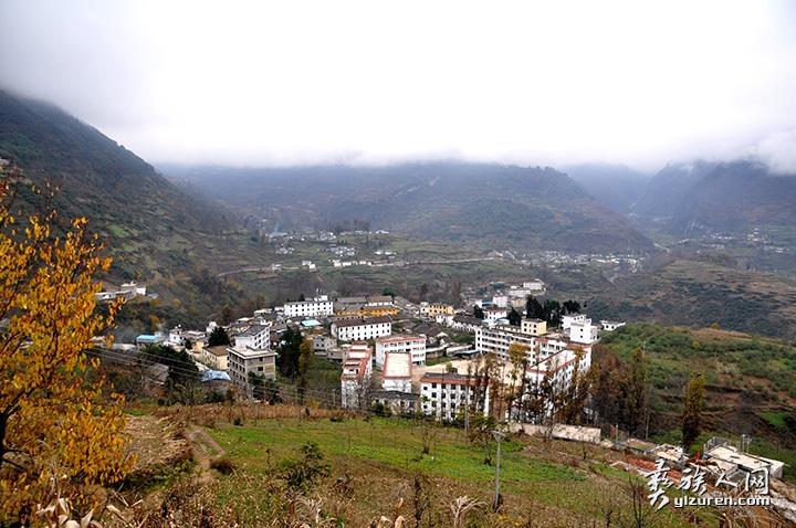 白史且的故乡——洛觉乡政府驻地-贾巴尔且摄.jpg