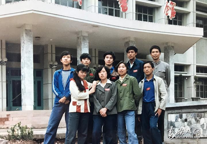 在西昌师专读大学预科,后排左二.jpg