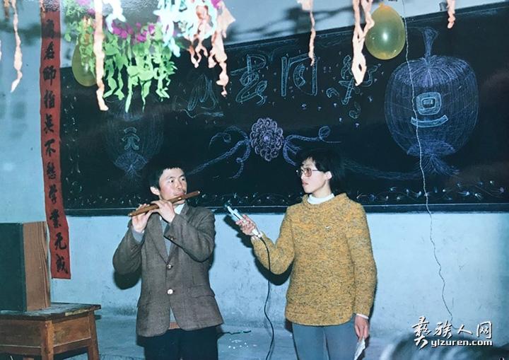 在研究生迎春晚会上表演笛子独奏.jpg