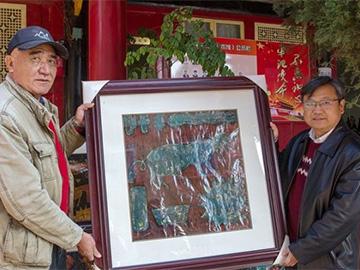 """珍藏百年不变形 """"彝画""""名家向州奴博捐赠彝族12生肖漆版画"""