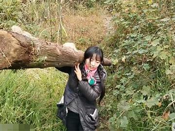 高颜值95后彝族美女每天背砖劈柴 想走出大山