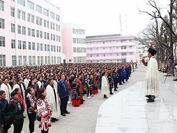 凉山昭觉民族中学四千余人集体诵读《玛牧》场面壮观