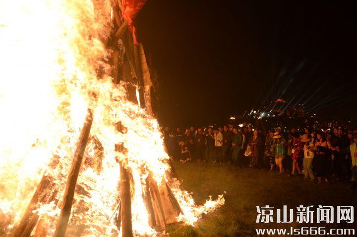 夜幕降临,游客们围着熊熊燃烧的篝火跳起欢快的达体舞。DSC_7387