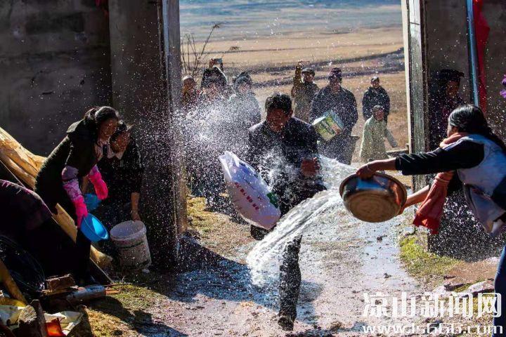 彝族婚礼上的泼水习俗。王伟 摄