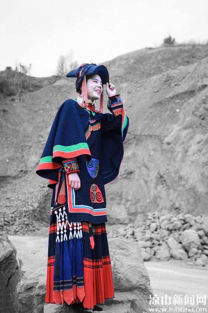 花一样的彝族姑娘,以温柔的情怀,演绎着彝族人民纯朴的生活。王伟 摄