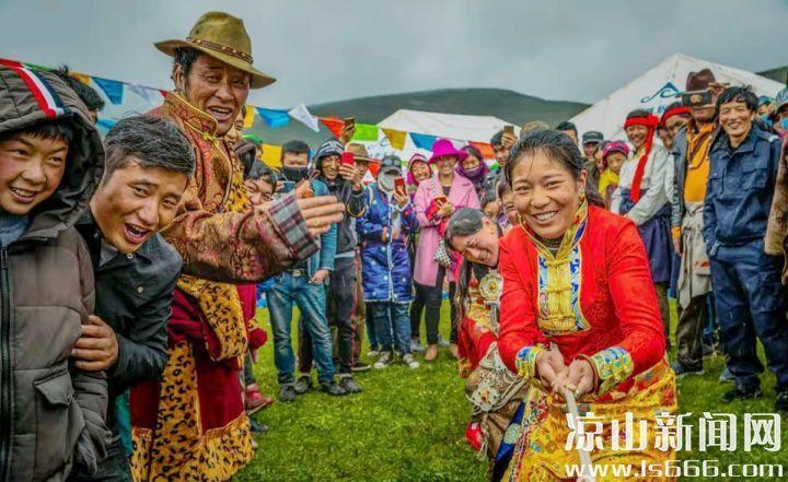 木里县藏族群众在牧场上举办民俗活动。杨黎明 摄