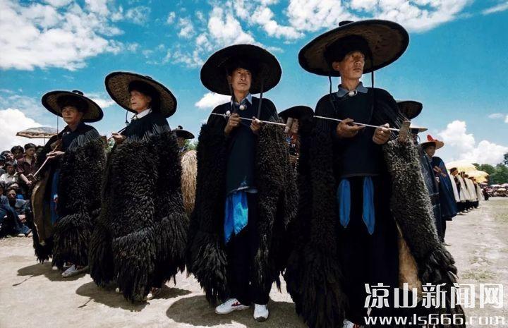 彝族年酒歌主要祈求人丁安康、兴旺发达;祈求来年风调雨顺、五谷丰登、六畜兴旺;演唱者一般为家里的男性长辈。