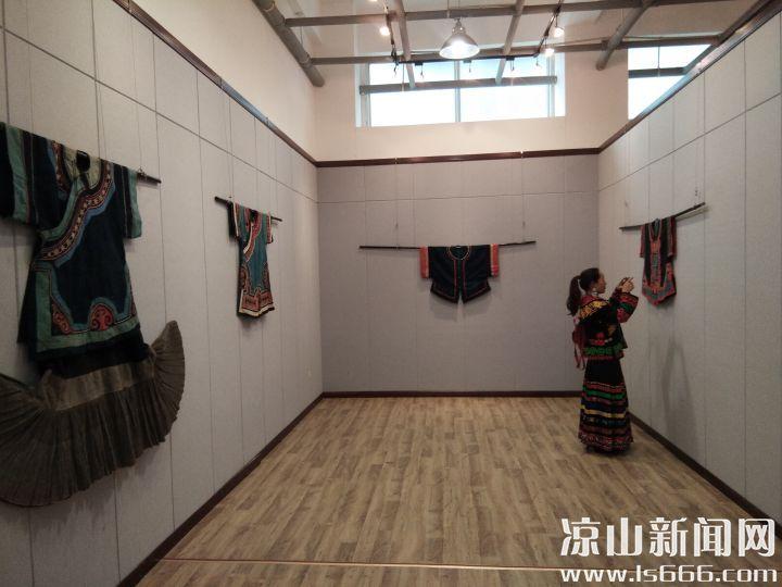 展出了近100件彝族服饰作品。