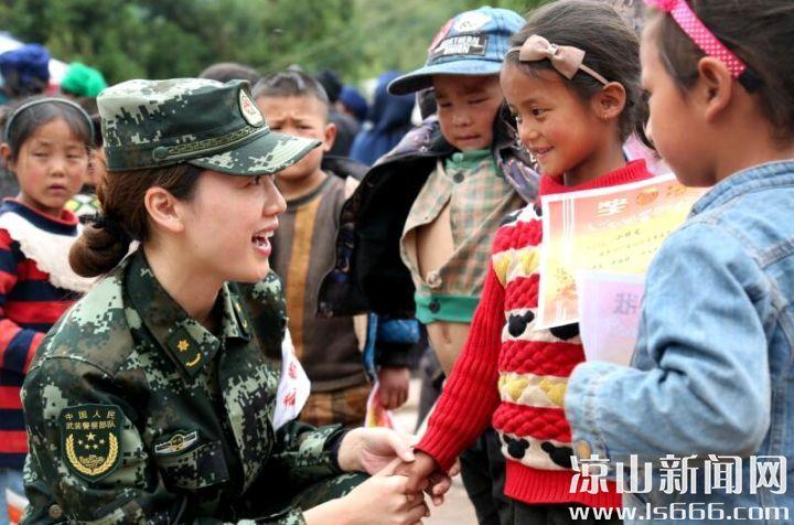 武警四川省总队官兵深入昭觉县梭梭拉打村看望孩子们。 李结义 摄