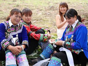 多姿多彩的罗婺彝族服饰