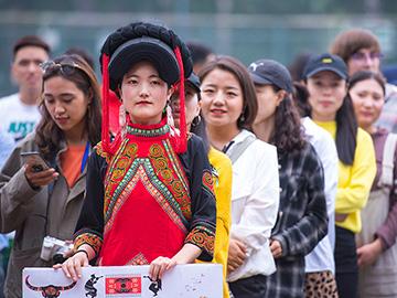 摔跤还有坨坨肉,北京的彝族人在中央民族大学玩嗨了