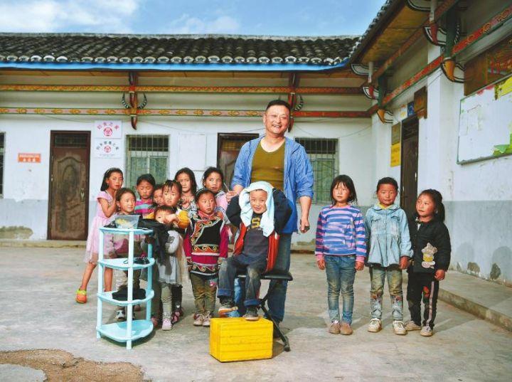 """""""徐叔叔理发室""""里,徐振宇与孩子们在一起。"""