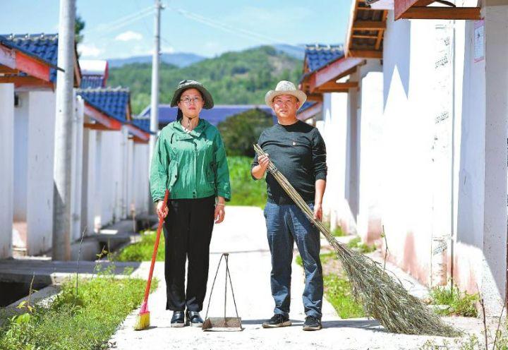 布拖县拉达乡店子村,刚打扫完村里卫生的许伦夫妇。