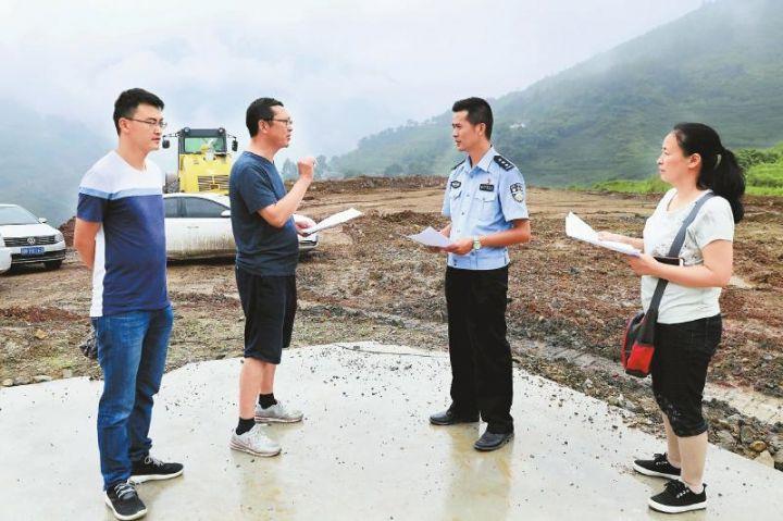 王健波(右二)与县农牧局专家研究核桃加工基地建设事宜。