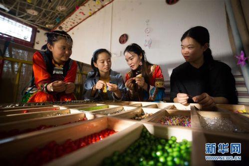 """#(图片故事)(6)安置区里创业的""""90后""""彝族女孩"""