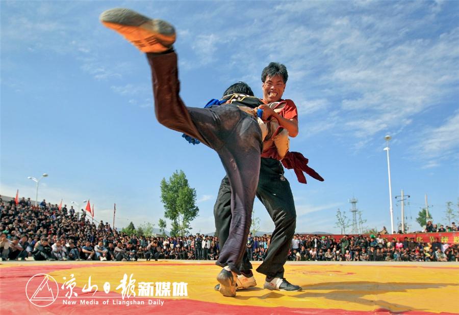 民族传统摔跤比赛.jpg