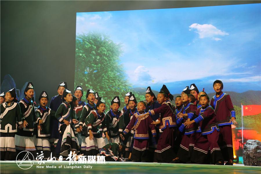 舞台表演彝族童谣.jpg