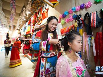 """毕节大方:安置区里创业的""""90后""""彝族女孩"""